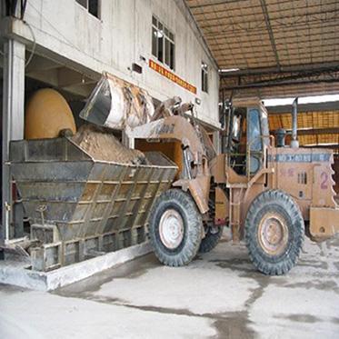 02、鏟車:根據配方要求將各類原材料從原料倉庫送到喂料機