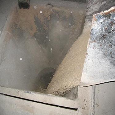 04、原料車間,將泥沙灌入球磨機內