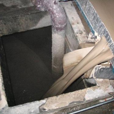 06、原料車間,將除鐵后的漿料灌入漿料池