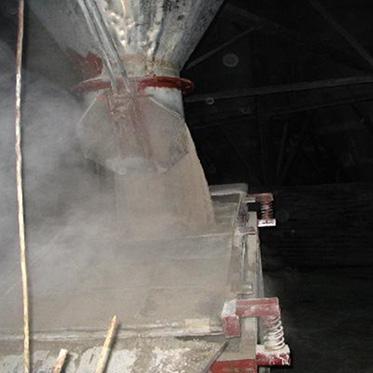 08、原料車間從噴霧塔內流出粉料