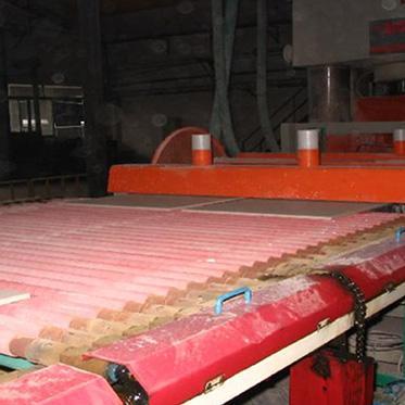 12、壓機車間,磚坯準備進入干燥窯
